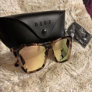 Diff Eyewear. Becky II frames. Gold mirror.